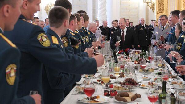 Владимир Путин на приеме в честь выпускников военных академий в Кремле