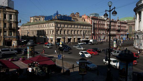 На перекрестке Невского проспекта и Садовой улицы в Петербурге
