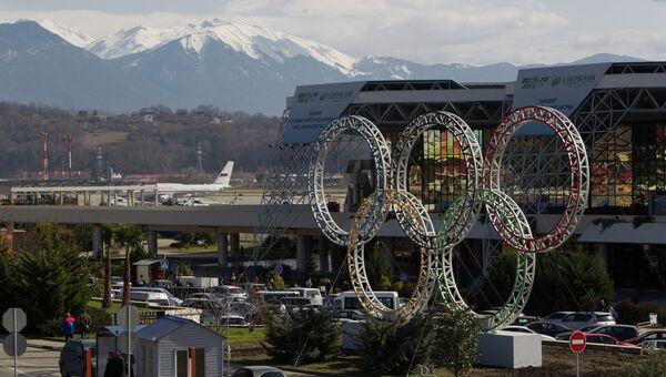 Олимпийские кольца у здания сочинского аэропорта. Архив