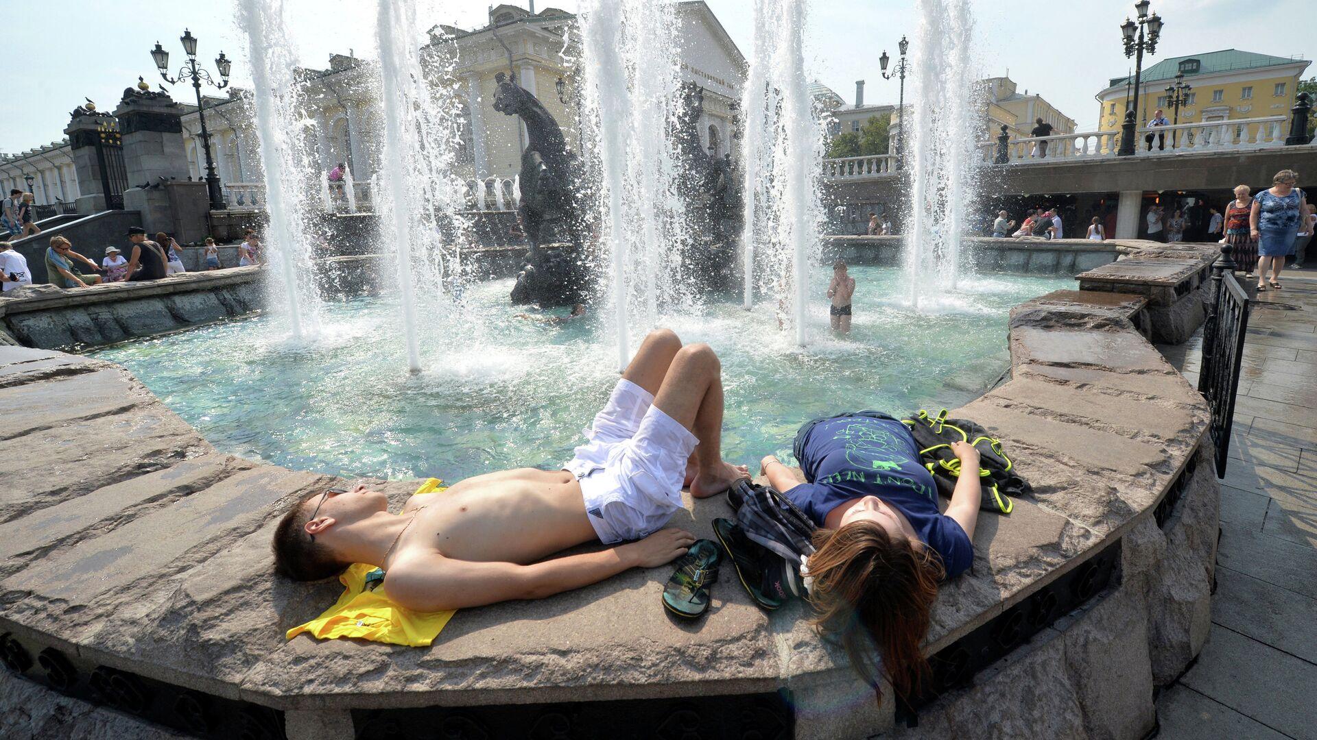 Горожане отдыхают на Манежной площади в Москве - РИА Новости, 1920, 04.08.2021