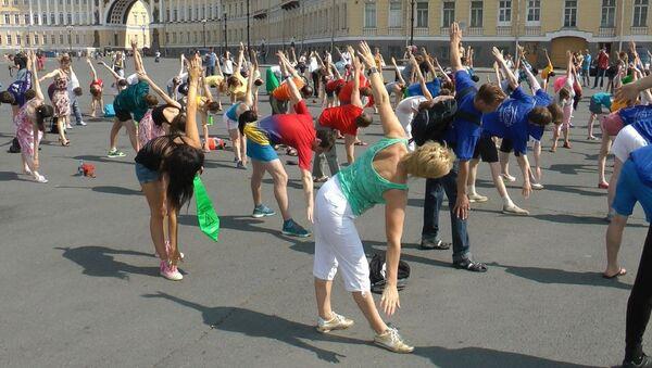 Петербуржцы всех возрастов приняли участие в массовой зарядке на Дворцовой