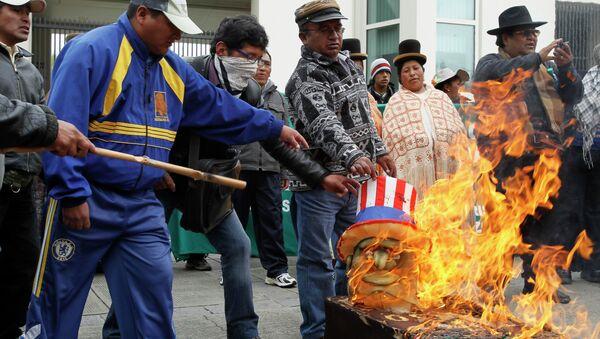 Манифестанты в Боливии жгут флаги США и Европы