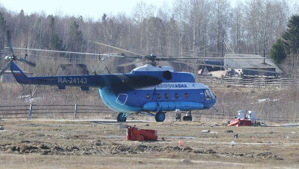 Вертолет компании Газпром-авиа на взлетает в Каргасокском районе в Томской области