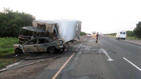 Грузовик врезался в легковушку в Волгоградской области