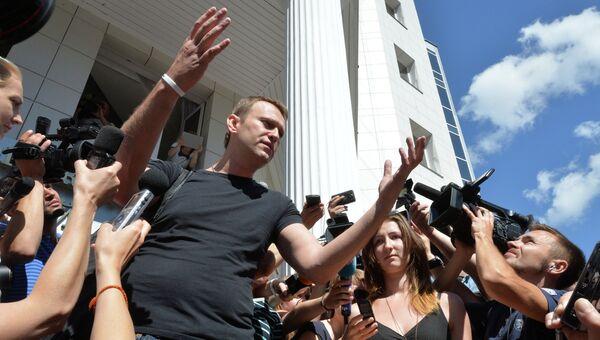 Оппозиционер, кандидат в мэры Москвы Алексей Навальный после заседания суда об изменении меры пресечения у здания Кировского областного суда