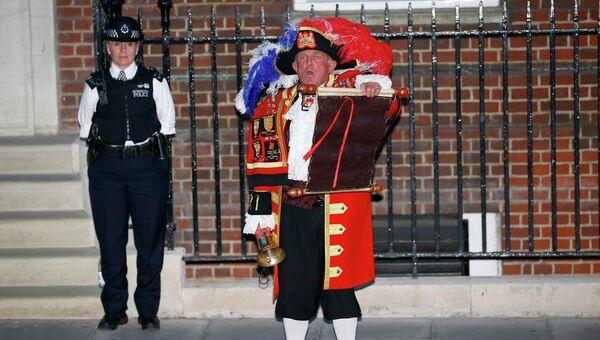 Глашатай читает новость о рождении наследника британского престола, принца Кембриджского