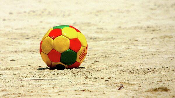 Футбольный мяч на пляже. Архивное фото