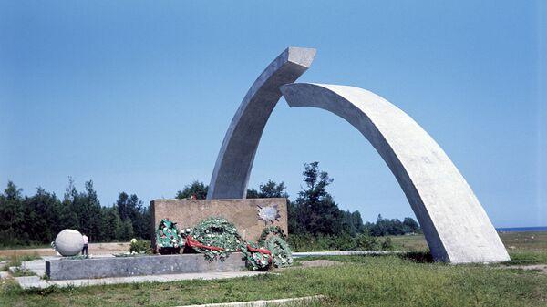 Монумент Разорванное кольцо на Дороге жизни