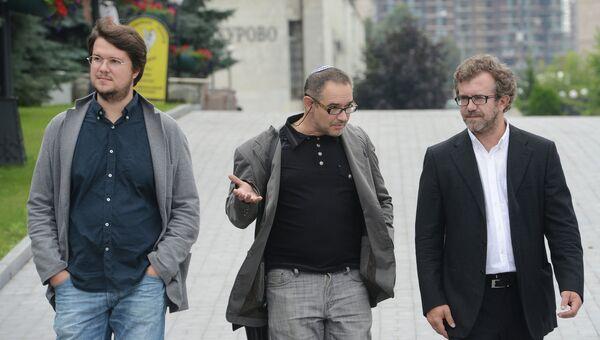 Интернет-эксперт и блогер Антон Носик (в центре) во время церемонии прощания с сооснователем Яндекса Ильей Сегаловичем