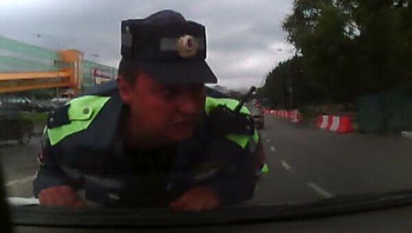 Водитель провез полицейского на капоте машины. Запись видеорегистратора