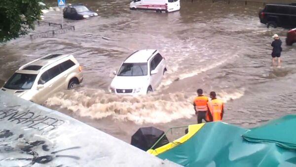 Автомобили передвигались в потоках воды из-за сильного ливня в Москве