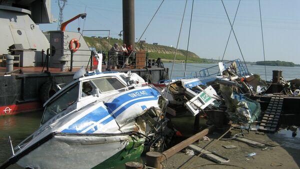 Спасатели поднимают теплоход Полесье-8