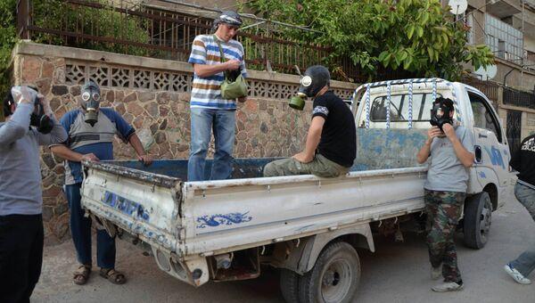 Активисты в пригороде Дамаска ищут пострадавших и собирают образцы для проверки факта использования химического оружия