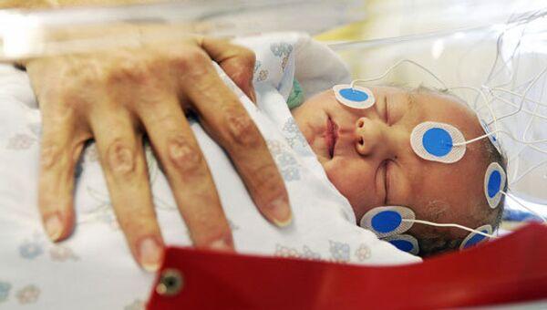 У младенца снимают показатели активности нейронов, выясняя, как обучение в утробе матери повлияло на его мозг