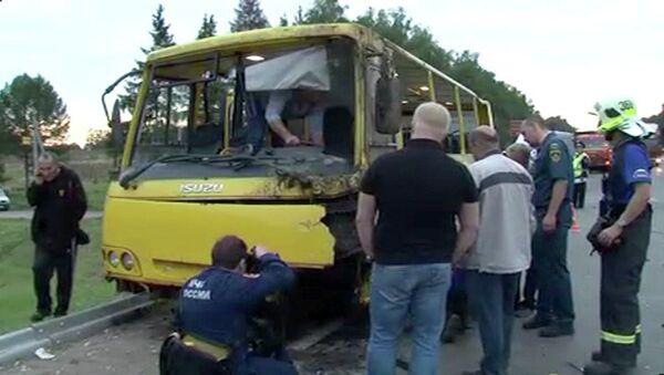 Последствия столкновения автобуса и легковушки на Калужском шоссе