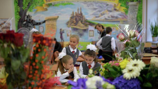 Ученицы четвертого класса на первом уроке нового учебного года в одной из школ Новосибирска