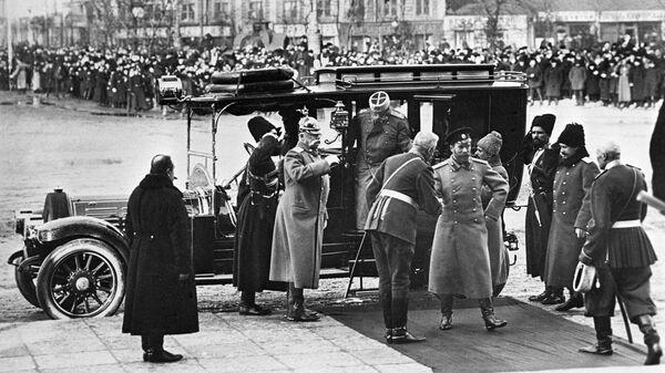 Император Николай II прибыл в Петербург для участия в праздновании 300-летия Дома Романовых. 1913