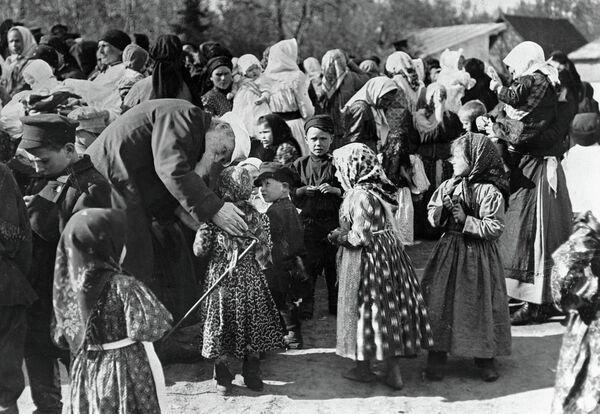 Лев Толстой беседует с крестьянскими детьми