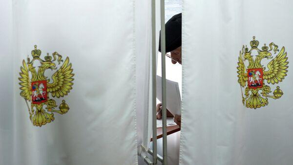 Голосование на выборах главы республики Хакасия на избирательном участке в городе Абакан. Архивное фото