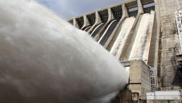 Поверхностные сбросы воды на Зейской ГЭС. Фото с места
