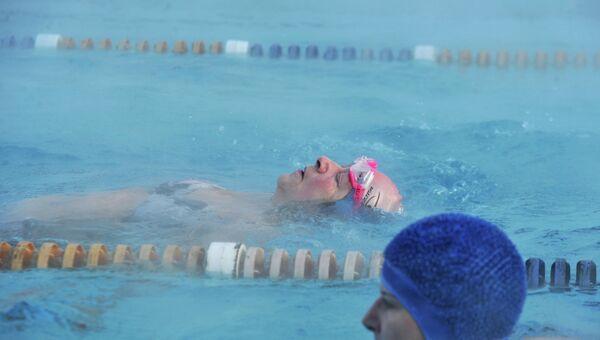 Пожилая посититетьница открытого бассейна спорткомплекса Лужники