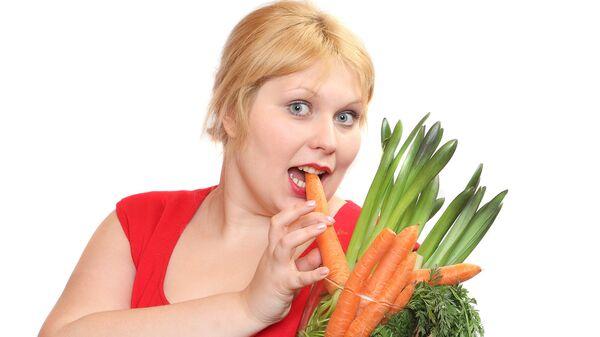 Толстушка ест овощи