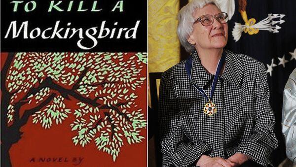 Книга Убить пересмешника 1960 года издания и ее автор, писательница Харпер Ли. Архивное фото