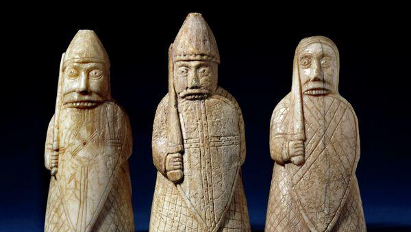 """Шахматные фигуры, представленные на выставке """"Викинги: Жизнь и легенда"""" в лондонском Британском музее"""