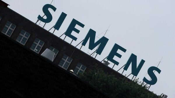 Логотип компании Siemens на заводе в Берлине, архивное фото