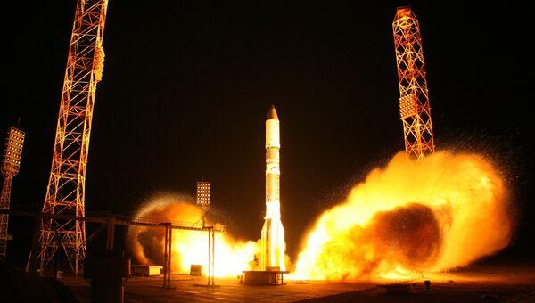 Запуск ракеты-носителя Протон-М со спутником связи. Архивное фото