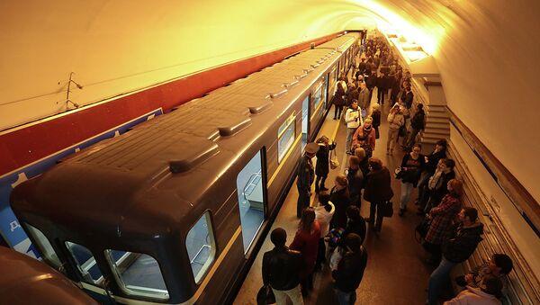 Поезда стоят из-за задымления в петербургском метро. Фото с места события