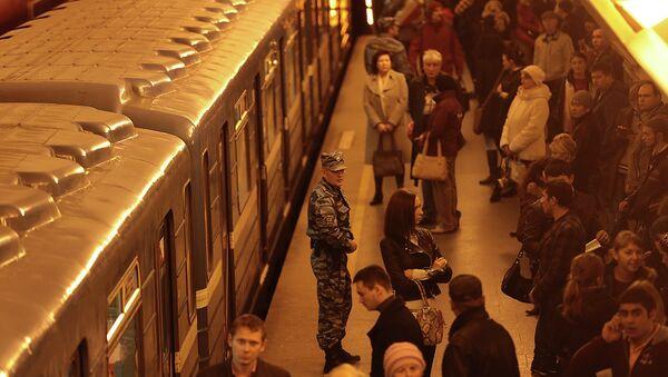 Поезда стоят из-за задымления в петербургском метро