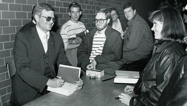 Американский писатель Том Клэнси, Бостонский колледж, 1989