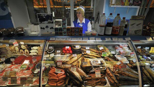 Продавщица в рыбном отделе, архивное фото