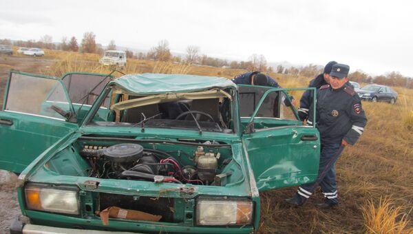 Машина, упавшая в реку в Туве. Фото с места событий