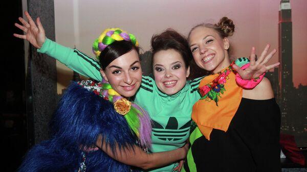Участница Comedy Woman Наталья Медведева (в центре)