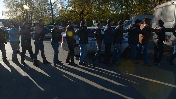 Задержание мигрантов сотрудниками полиции в Западном Бирюлево, фото с места событий
