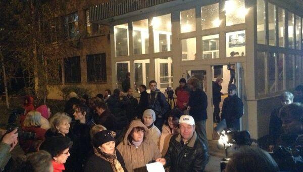 Жители Бирюлево, собравшиеся около здания местной управы на несанкционированном митинге