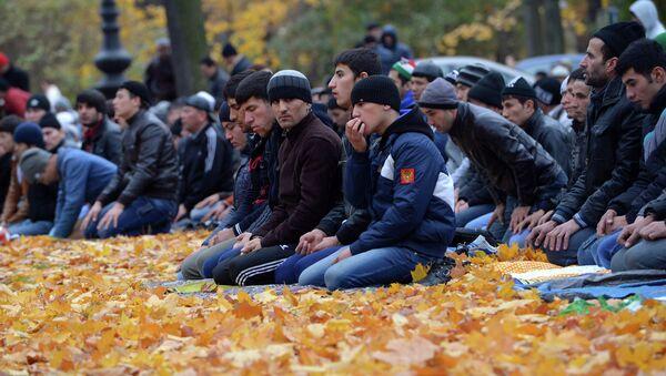Мусульмане в день праздника жертвоприношения Курбан-байрам молятся около Соборной Мечети в Санкт-Петербурге