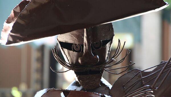 Статуя мариачи из металла