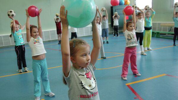 Занятия физкультуры в средней общеобразовательной школе. Архивное фото