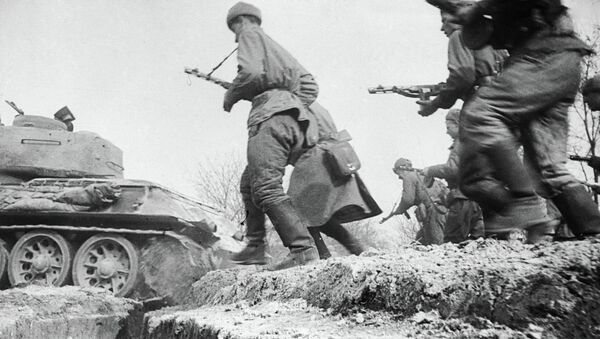 Солдаты идут в бой. Украинский фронт. Архивное фото