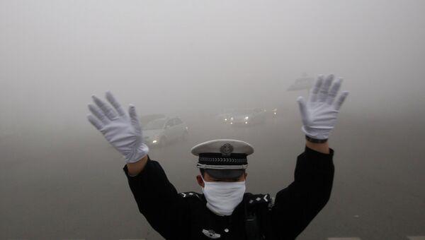 Дорожный полицейский во время смога