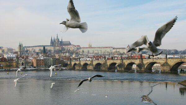Вид на Карлов мост и реку Влтава в Праге. Чехия. Архивное фото