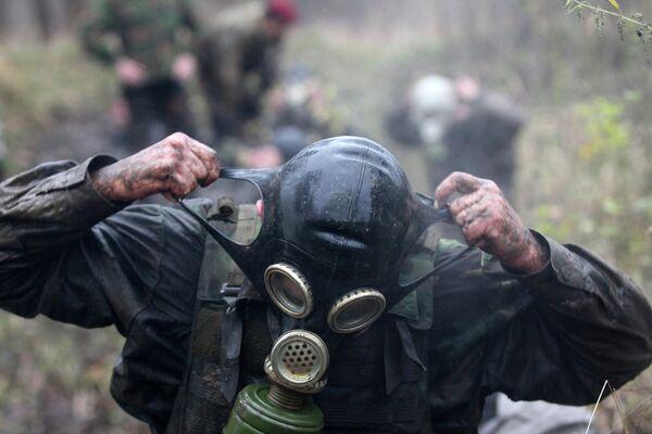 Военнослужащий во время испытаний на право ношения крапового берета в поселке Явас в Мордовии