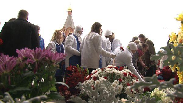 Цветы, свечи и слезы – москвичи почтили память жертв теракта на Дубровке