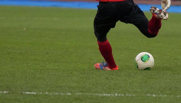 Игра в футбол, архивное фото