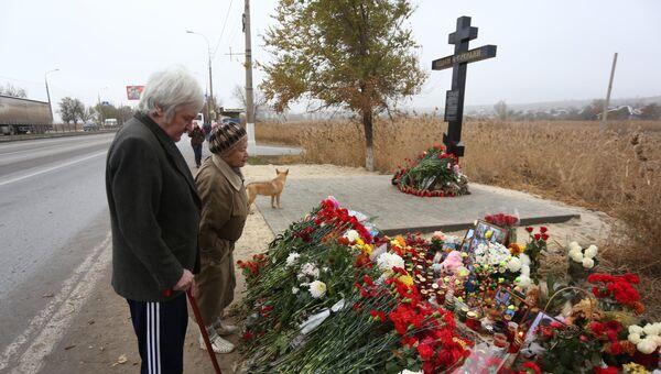 На месте теракта в Волгограде установили крест. Фото с места события