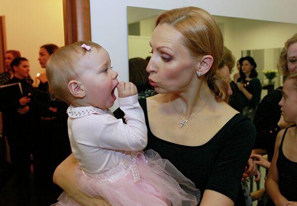 Балерина Илзе Лиепа с дочерью Надей на открытии своей новой камерной студии балета на улице Солянка