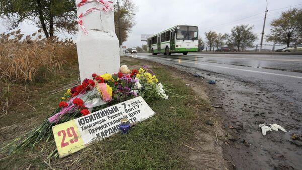 Цветы на месте подрыва пассажирского автобуса в Волгограде, архивное фото